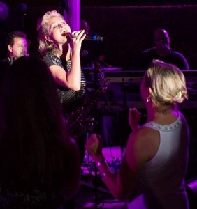 Mindi Abair singing to an excited crowd at the Hyatt (photo by Ambrosevents.com/Ellis Moore Photography)