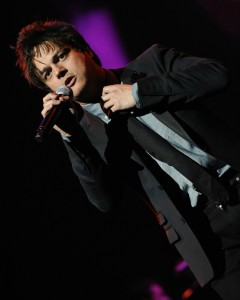 Jamie Cullum loosening his tie for his exhilarating performance at Yamaha's Deal Concert during the 2015 NAMM Show (Photo by David Hopley)
