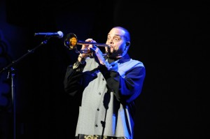 Comedian Sinbad opens the Yamaha Dealer Concert in Anaheim, CA, by pretending to play a trumpet (Photo by David Hopley)