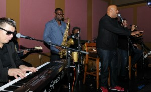 Tracy Carter sings his heart out while Marqueal Jordan sits in with DW3 at Spaghettini (photo by David Hopley)